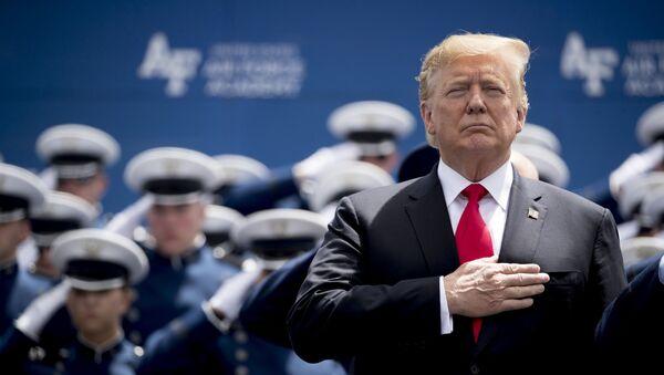 Президент Дональд Трамп участвует в церемонии выпуска Академии ВВС США в Колорадо-Спрингс, штат Колорадо - Sputnik Азербайджан