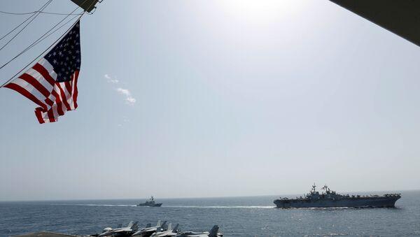 Американские военные корабли плывут вместе с авианосцем USS Abraham Lincoln у берегов Ирана - Sputnik Azərbaycan