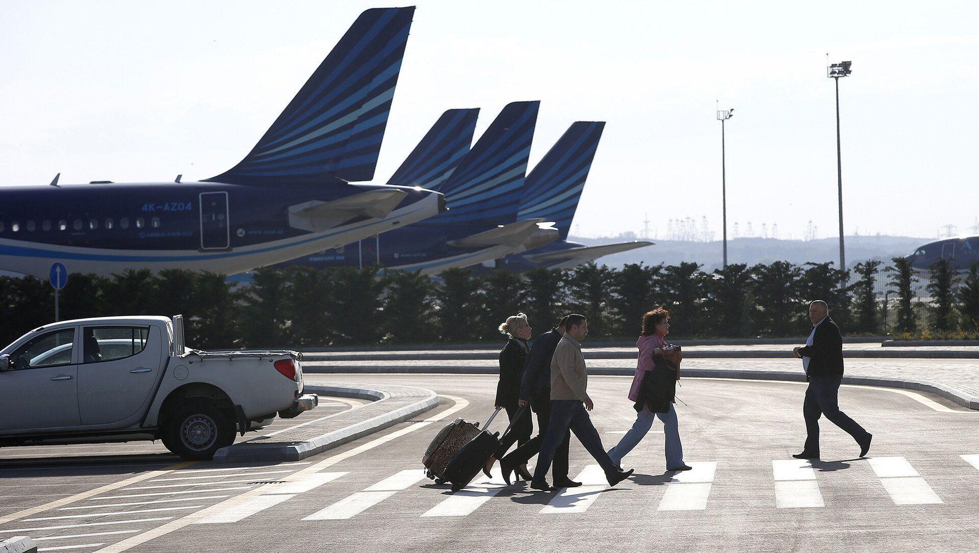 Пассажиры торопятся на рейс в аэропорту Гейдара Алиева - Sputnik Азербайджан, 1920, 10.06.2021