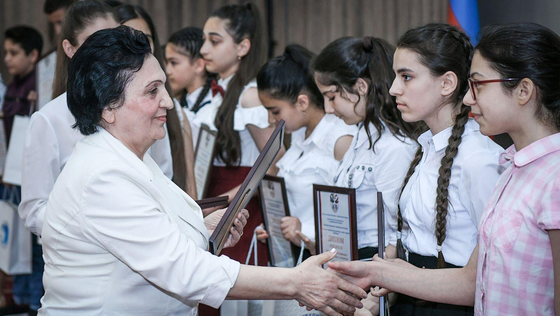 Ректор БСУ Нурлана Алиева вручает дипломы победителям олимпиады - Sputnik Азербайджан, 1920, 22.06.2021