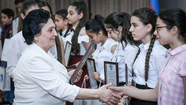 Ректор БСУ Нурлана Алиева вручает дипломы победителям олимпиады - Sputnik Азербайджан