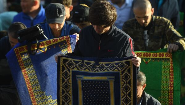 Мусульмане перед намазом в день праздника Ураза-байрам у Соборной мечети в Москве - Sputnik Азербайджан