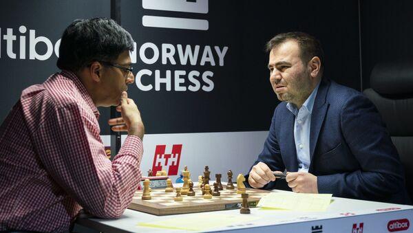 Азербайджанский гроссмейстер Шахрияр Мамедъяров во втором туре встретился с экс-чемпионом мира Вишванатаном Анандом (Индия) - Sputnik Азербайджан