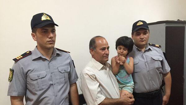Маленькая Захра передана отцу Расулу Багирзаде - Sputnik Азербайджан
