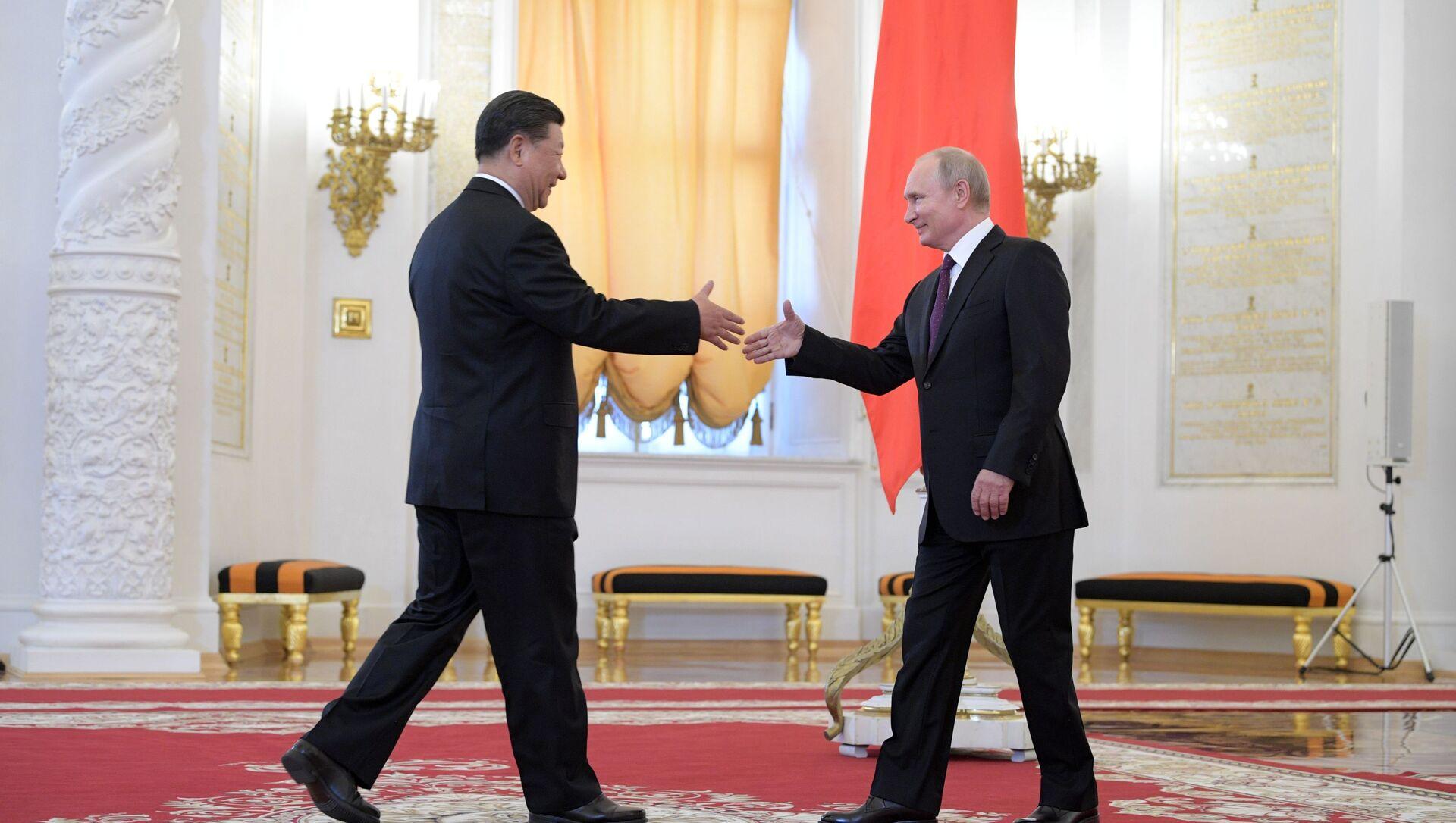 Председатель КНР Си Цзиньпин и президент РФ Владимир Путин на церемонии официальной встречи в Георгиевском зале Кремля - Sputnik Азербайджан, 1920, 28.06.2021