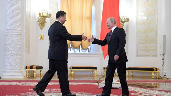 Председатель КНР Си Цзиньпин и президент РФ Владимир Путин на церемонии официальной встречи в Георгиевском зале Кремля - Sputnik Азербайджан