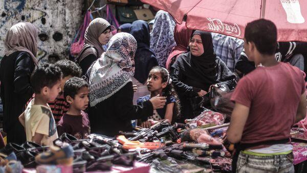 Палестинцы на рынке перед праздником Ид аль-Фитр в городе Газа - Sputnik Azərbaycan
