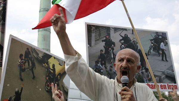 Иранско-французский фотожурналист Реза Дегати выступает с речью во время митинга против результатов президентских выборов в Иране - Sputnik Azərbaycan