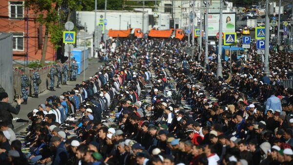 Мусульмане перед намазом в день праздника Ураза-байрам у Соборной мечети в Москве - Sputnik Azərbaycan
