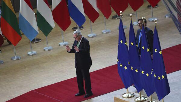 Президент Еврокомиссии Жан-Клод Юнкер прибыл на саммит ЕС в Брюссель - Sputnik Азербайджан