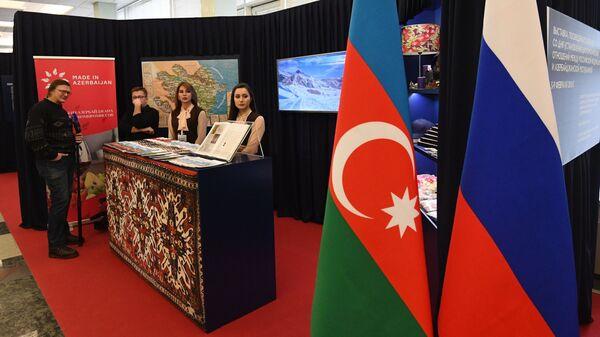 Посетитель на выставке, приуроченной к 25-летию установления дипсвязей России и Азербайджана в Москве - Sputnik Азербайджан