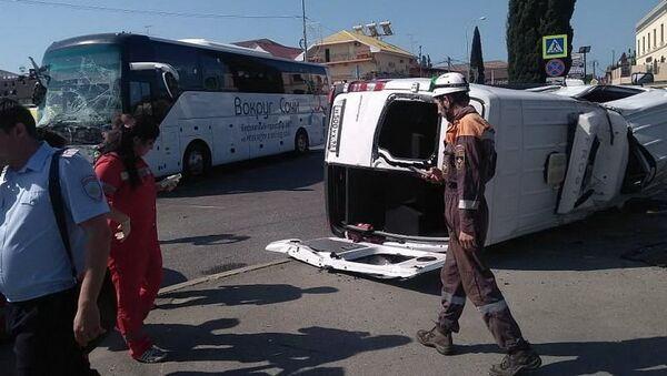 Последствия ДТП с участием  экскурсионного автобуса и микроавтобуса в Адлерском районе Сочи. 9 июня 2019 - Sputnik Азербайджан