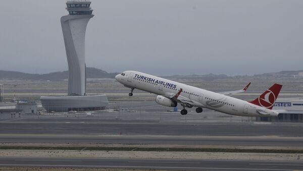 Самолет компании Turkish Airlines в небе - Sputnik Azərbaycan