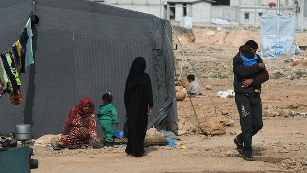 Сирийские беженцы из района Пальмиры в палаточном лагере в пригороде Хомса - Sputnik Azərbaycan
