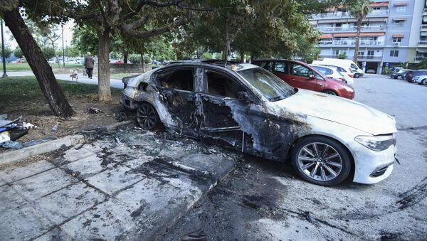 Поврежденный автомобиль, принадлежащий гражданину Турции, припаркован у многоквартирного дома в северном портовом городе Салоники, Греция - Sputnik Azərbaycan