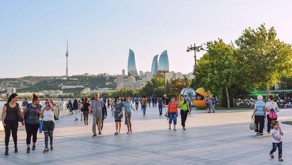 Люди прогуливаются по набережной в Баку - Sputnik Азербайджан