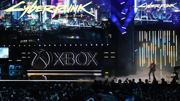 Канадско-американский актер Киану Ривз объявляет о новой видеоигре Cyberpunk 2077 на пресс-конференции Microsoft Xbox в преддверии игрового соглашения E3 в Лос-Анджелесе - Sputnik Азербайджан