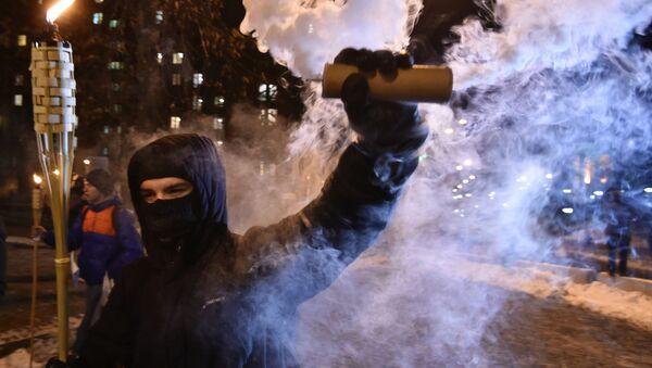 Протестующий держит факел и дымовую шашку во время марша в столице Украины Киеве 29 ноября 2018 года - Sputnik Азербайджан
