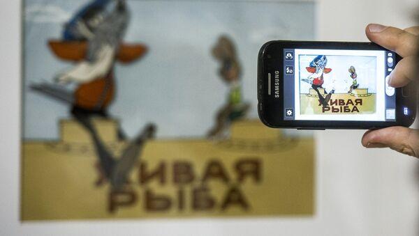У стенда с персонажами мультфильма Ну, погоди! на открытии выставки Нереальные герои. Художники и персонажи Союзмультфильма. - Sputnik Azərbaycan