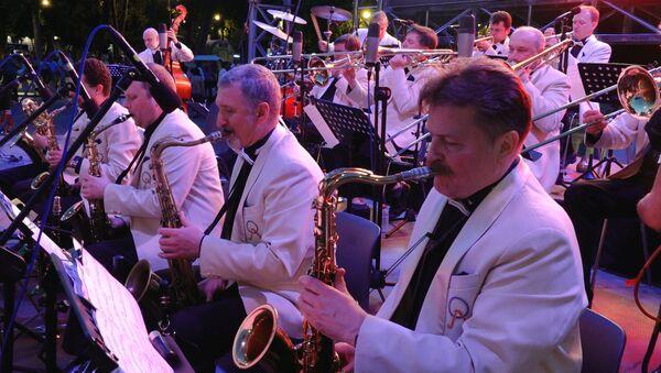 Джаз-оркестр, вошедший в Книгу рекордов Гиннесса, сыграл на берегу Каспия - Sputnik Азербайджан