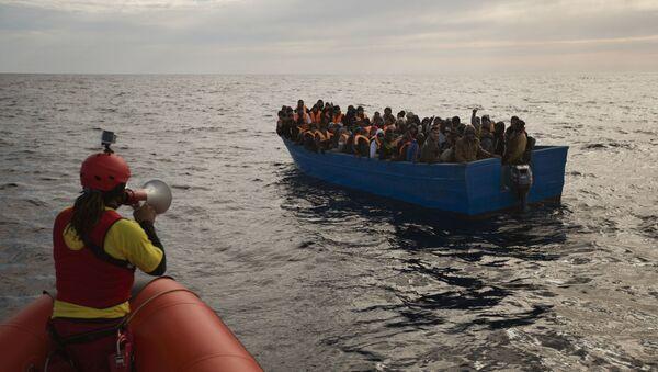 Нелегальные мигранты отправляются в Европу через Средиземное море. - Sputnik Азербайджан