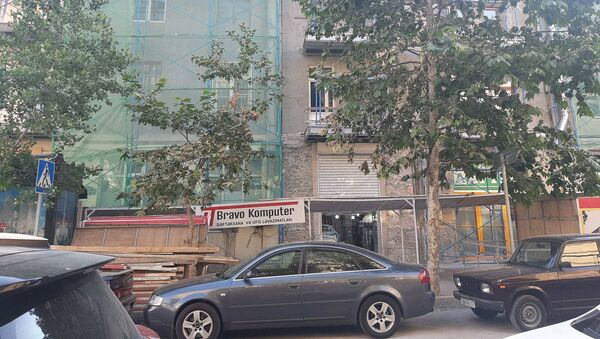 28 May metrostansiyasının yaxınlığında, Şamil Əzizbəyov küçəsi 158 ünvanında restavrasiya işləri - Sputnik Azərbaycan