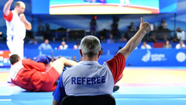 Судья на соревнованиях по самбо на II Европейских играх в Минске - Sputnik Азербайджан