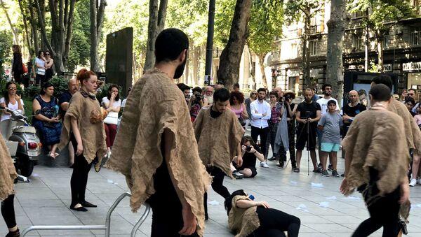 Театр ADO показал в Грузии уличный перформанс - Sputnik Азербайджан