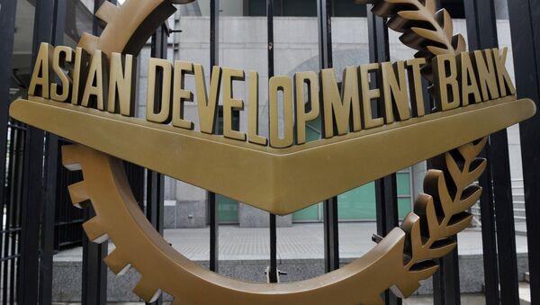 Логотип Азиатского банка развития (АБР), размещенный на воротах его штаб-квартиры в Маниле - Sputnik Азербайджан