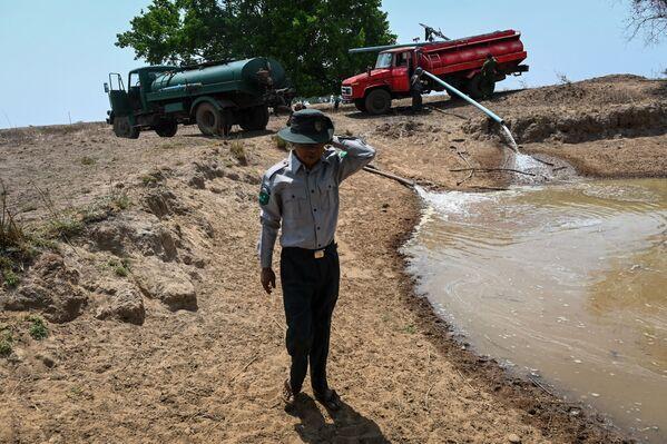 Рейнджеры в Мьянме пытаются поддержать жизнь в заповеднике, страдающем от сильной засухи - Sputnik Азербайджан