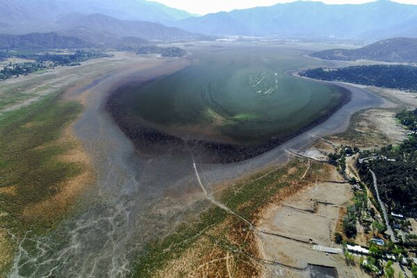 Вид с воздуха на высохшее озеро Акулео в Чили - Sputnik Азербайджан