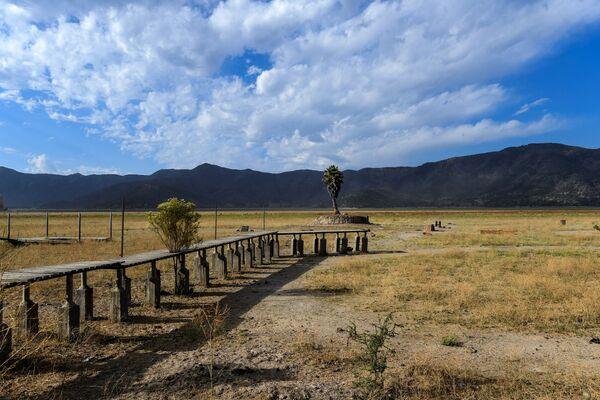 Вид на пирс у высохшего озера Акулео, примерно в 70 км к юго-западу от Сантьяго, Чили - Sputnik Азербайджан