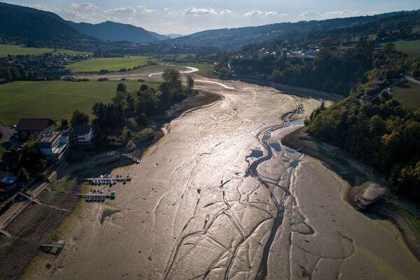 Аэрофотоснимок высохшего русла озера Брене на границе Франции и Швейцарии - Sputnik Азербайджан