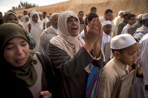 Марокканские женщины и дети молятся о дожде 24 ноября 2017 года недалеко от Рабата по королевскому указу - Sputnik Азербайджан