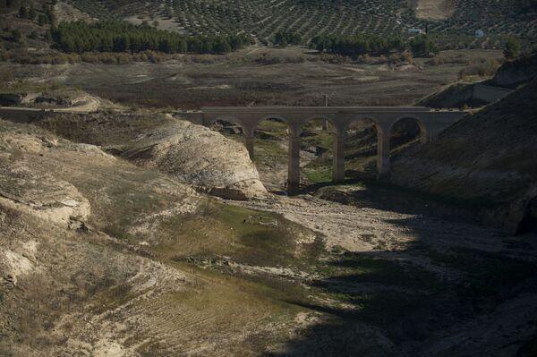 Высохшее водохранилище Изнахар около Кордовы - Sputnik Азербайджан