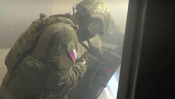 Сотрудники ФСБ РФ во время спецоперации в Саратове - Sputnik Азербайджан