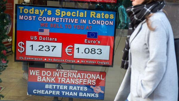 Женщина проходит мимо витрины отделения обменного пункта, показывающего курсы обмена стерлингов на доллары США и евро в центральном Лондоне - Sputnik Азербайджан