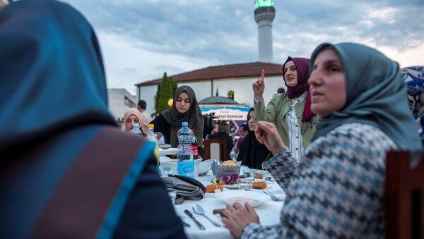 Мусульмане соблюдающие пост в священный месяц Рамазан ждут Азан, фото фото из архива - Sputnik Азербайджан