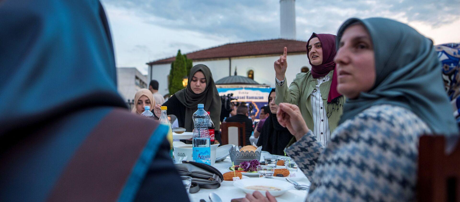 Мусульмане соблюдающие пост в священный месяц Рамазан ждут Азан, фото фото из архива - Sputnik Азербайджан, 1920, 07.04.2021