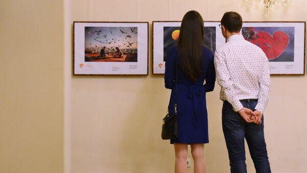 Посетители на открытии выставки победителей IV Международного конкурса фотожурналистики имени Андрея Стенина в Праге, фото из архива - Sputnik Азербайджан