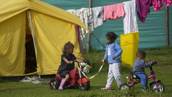 Дети венесуэльских мигрантов играют в гуманитарном лагере в Боготе, фото из архива - Sputnik Азербайджан