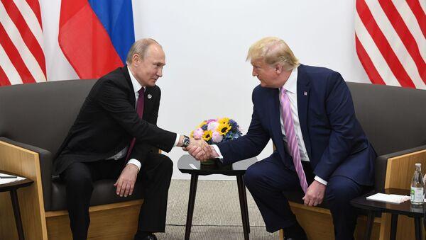 Президент РФ Владимир Путин и президент США Дональд Трамп во время встречи на полях саммита Группы двадцати в Осаке - Sputnik Азербайджан