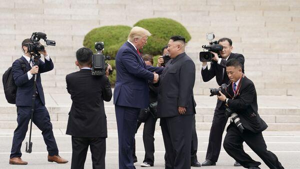 Президент США Дональд Трамп с северокорейским лидером Ким Чен Ыном - Sputnik Азербайджан