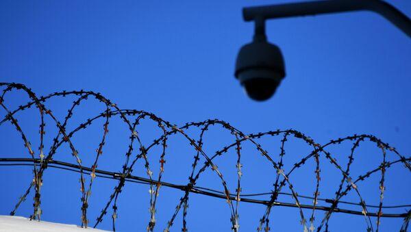 Колючая проволока на ограждении следственного изолятора, фото из архива - Sputnik Азербайджан