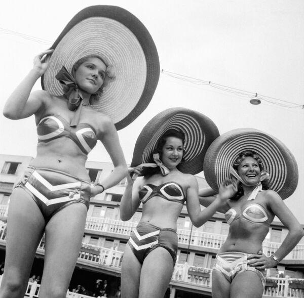Модели во время презентации бикини в Париже  - Sputnik Азербайджан