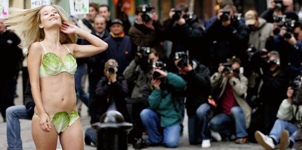 Мисс Великобритания Брук Джонстон в бикини из салата в Лондоне  - Sputnik Азербайджан
