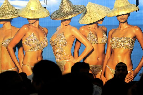 Презентация календаря Kingfisher Swimsuit Special  Australia 2006 в Мумбае  - Sputnik Азербайджан