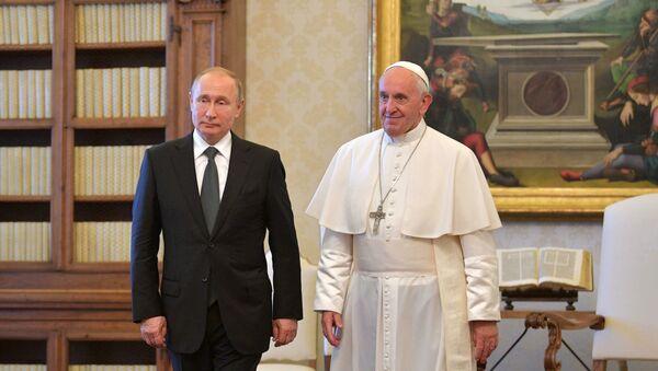 Президент РФ Владимир Путин и Папа Римский Франциск во время встречи в Малом тронном зале Апостольского дворца в Ватикане - Sputnik Азербайджан