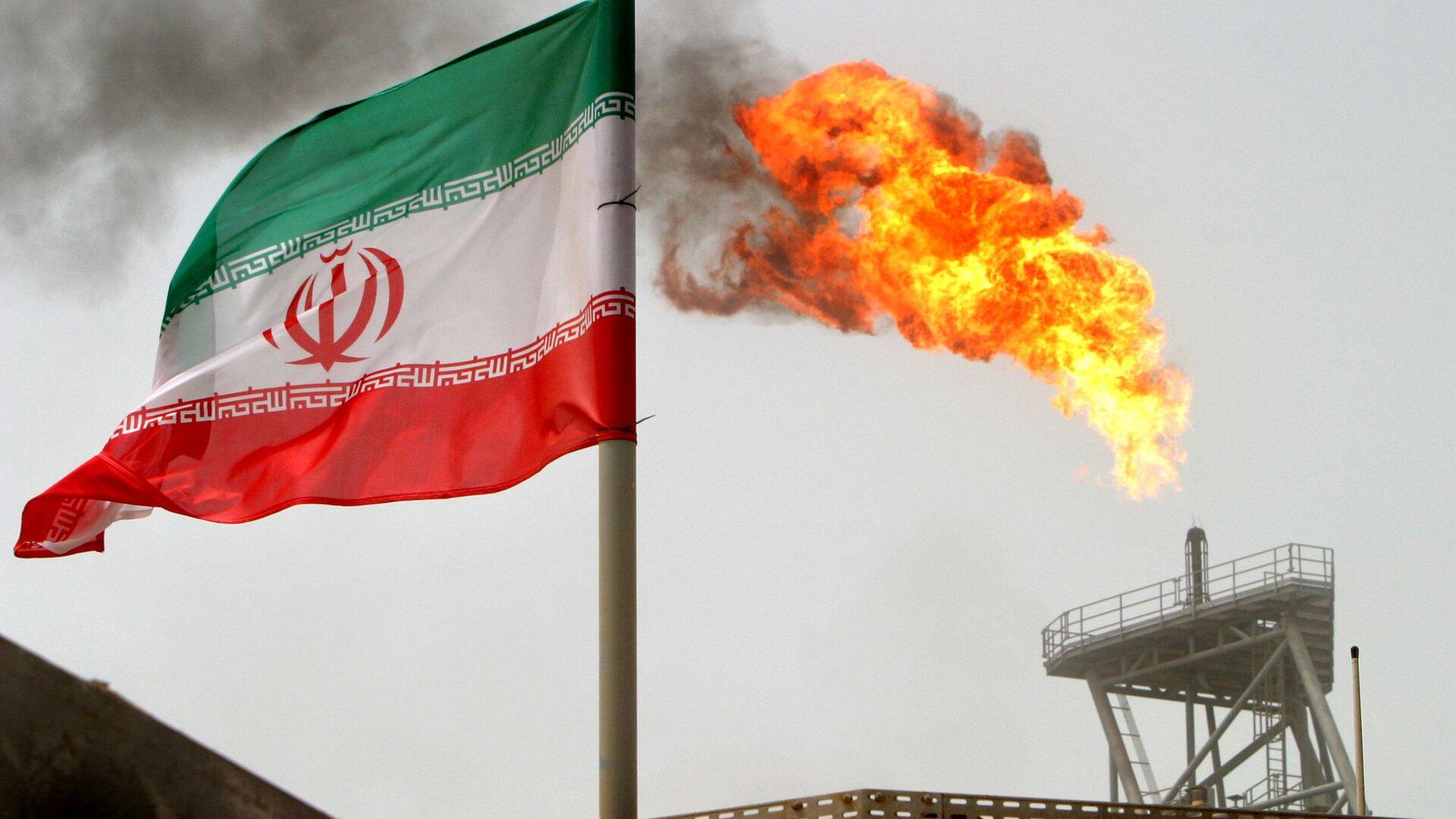 Флаг Ирана на нефтедобывающей платформе на нефтяных месторождениях в Соруше в Персидском заливе - Sputnik Азербайджан, 1920, 08.10.2021