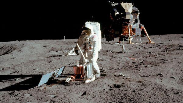 Космическая миссия Аполлон-11 - Американский астронавт Базз Олдрин проводит эксперименты на поверхности Луны на снимке, сделанном Нилом Армстронгом после того, как оба спустились по лестнице лунного модуля Орел - Sputnik Азербайджан
